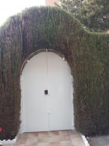 En reformas en El Campello Alex, hemos pintado esta puerta de metal en Alicante.