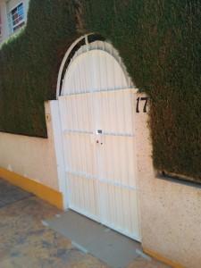 Pintura de puertas de metal en Alicante. Pintor barato en Alicante.