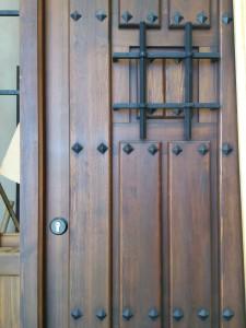 Reformas en El Campello Alex ha lacado esta puerta en Alicante. Hemos pintado las partes metálicas.