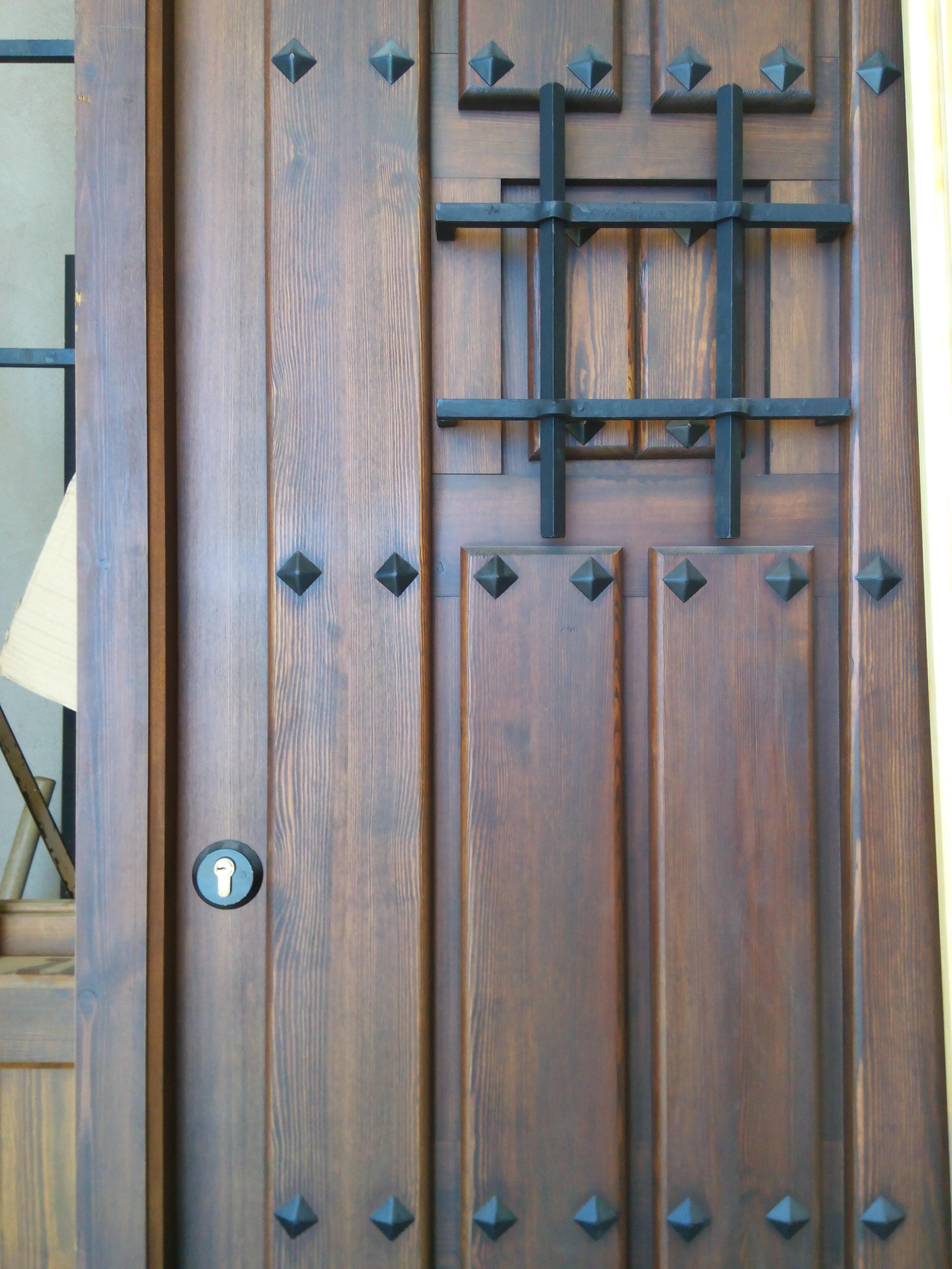 Pintura de puertas de madera y metal for Pintura de tiza para puertas